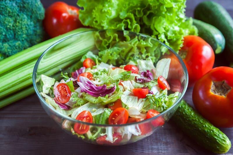 El bol de vidrio con la ensalada de las verduras frescas y las verduras jugosas se cierran cerca foto de archivo libre de regalías