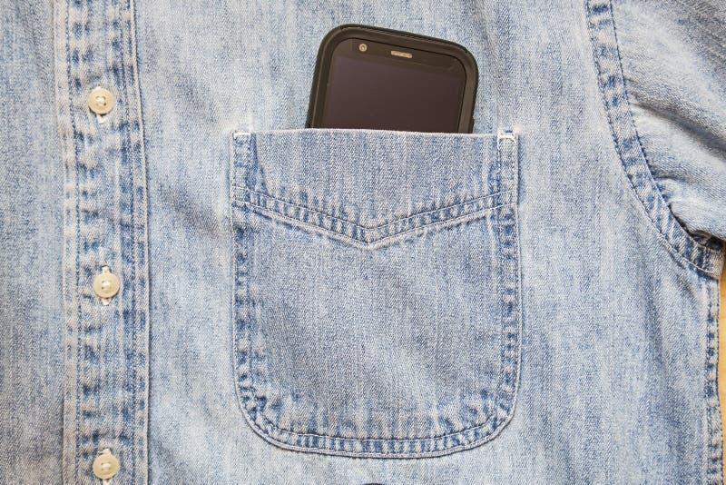 El bolsillo elegante de la camisa del teléfono abotona el fondo fotografía de archivo