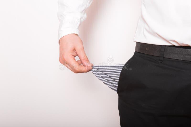 El bolsillo vacío en manos del hombre Broke, concepto de bancarrota fotos de archivo
