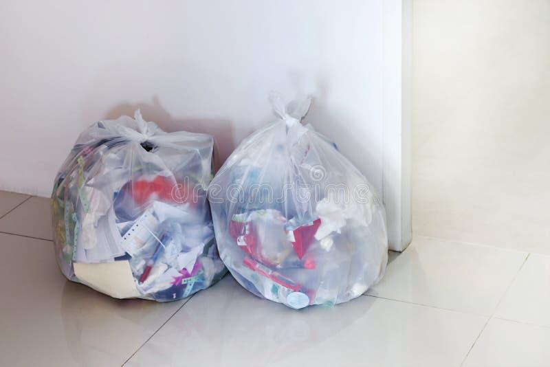El bolso de basura en la oficina, basura blanca del bolso de basura, seca la basura, pedazo reciclable del papel usado, 3R fotografía de archivo