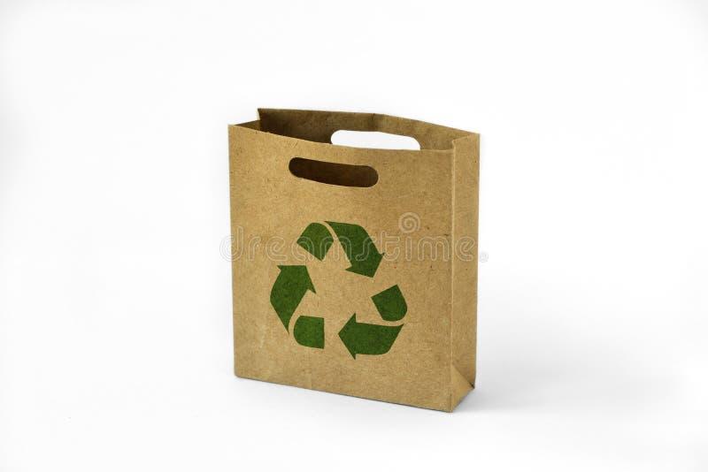El bolso de papel del eco de las compras con verde recicla símbolo imagen de archivo libre de regalías