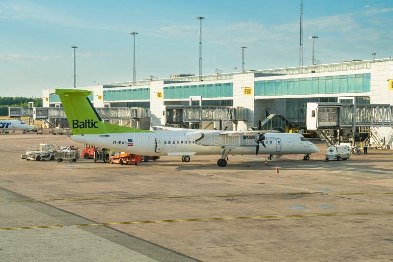 El bombardero Q400 de airBaltic se está cargando en el aeropuerto internacional de Arlanda imagen de archivo libre de regalías