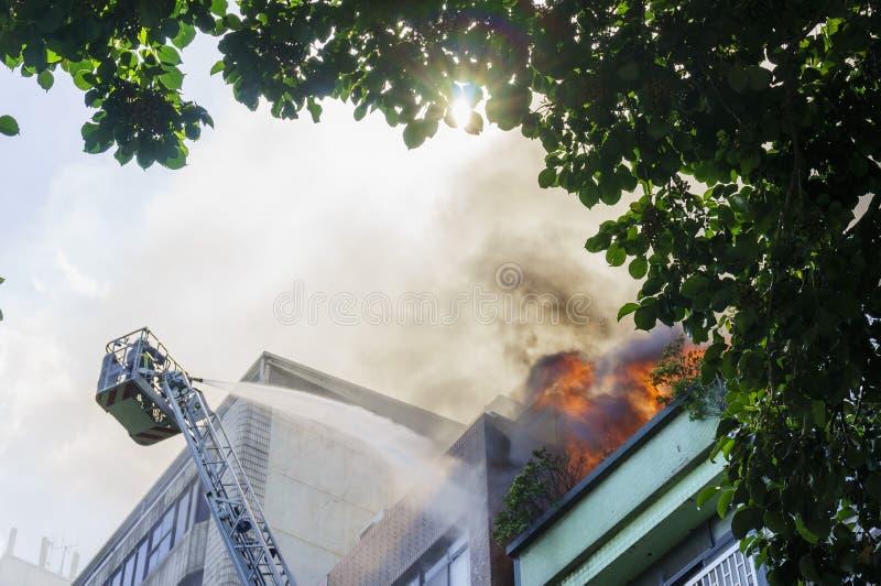 El bombero está luchando contra el desastre del fuego fotos de archivo