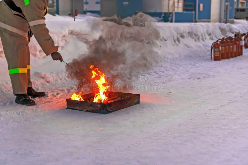 El bombero hace un aire libre del fuego Preparación para entrenar en extintor en la base de la producción imagenes de archivo
