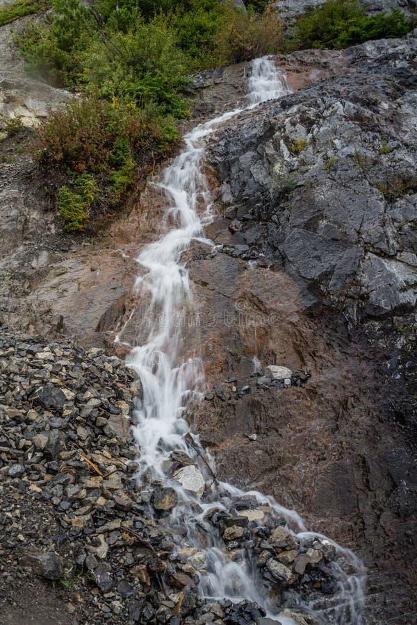 El borde de la carretera cae, ruta verde del campo de hielo, parque nacional de Banff, Alberta, Canadá fotografía de archivo libre de regalías