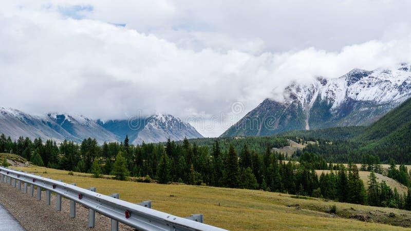 El borde de la carretera con vistas a las montañas fotografía de archivo