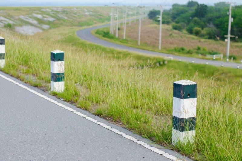 El borde de la carretera de los posts de la guía en Tailandia fotografía de archivo libre de regalías