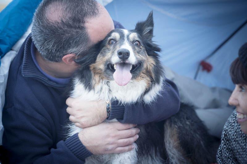 El border collie hermoso agradable del perro concepto realmente feliz y alegre abrazó de su hombre caucásico de la Edad Media del fotografía de archivo