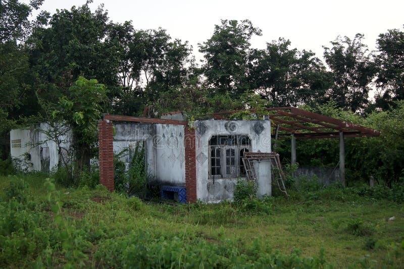 El bosque habitado casa abandonado ocurre la opacidad placentaria foto de archivo
