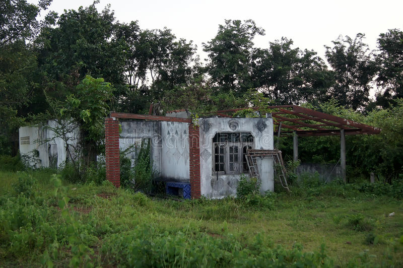 El bosque habitado casa abandonado ocurre la opacidad placentaria fotografía de archivo libre de regalías