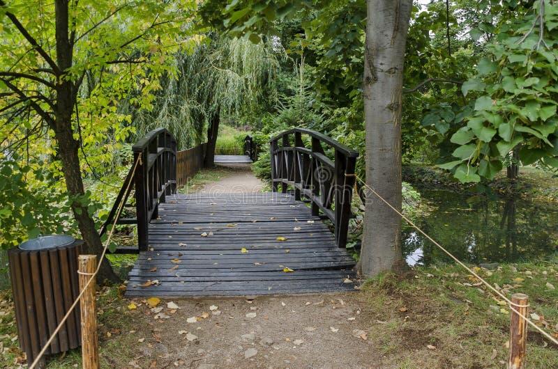 El bosque, la trayectoria y el puente en el monumento nacional de la arquitectura de paisaje parquean el museo Vrana, Sofía fotografía de archivo libre de regalías