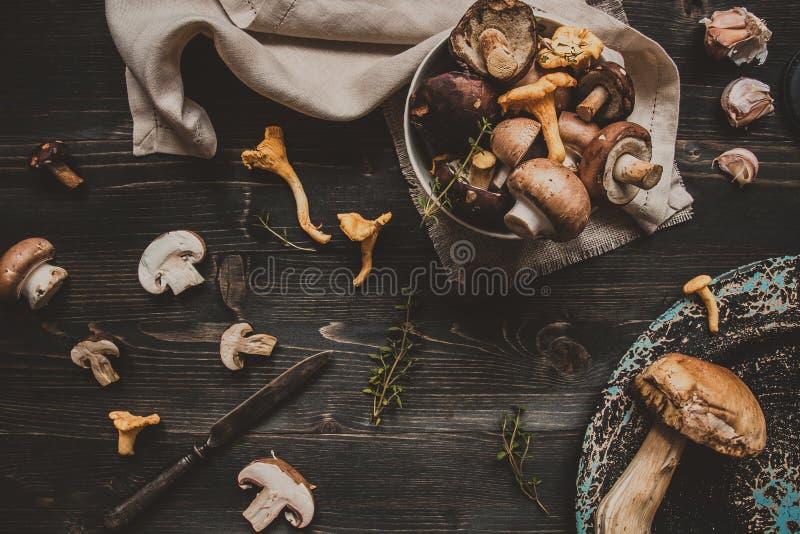 El bosque mezclado fresco prolifera rápidamente en la tabla negra de madera foto de archivo