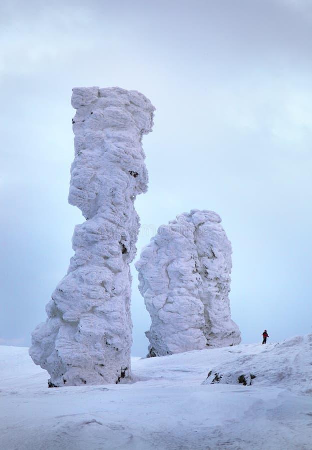Download El Bosque Sitiado Por La Nieve Está En Las Montañas De Ural Del Norte Foto de archivo - Imagen de enero, frío: 41901392