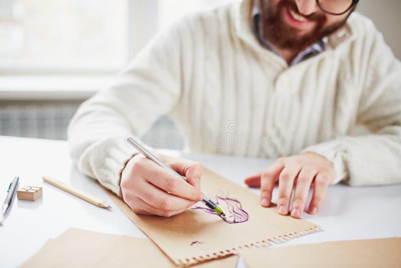 El bosquejar en el papel foto de archivo