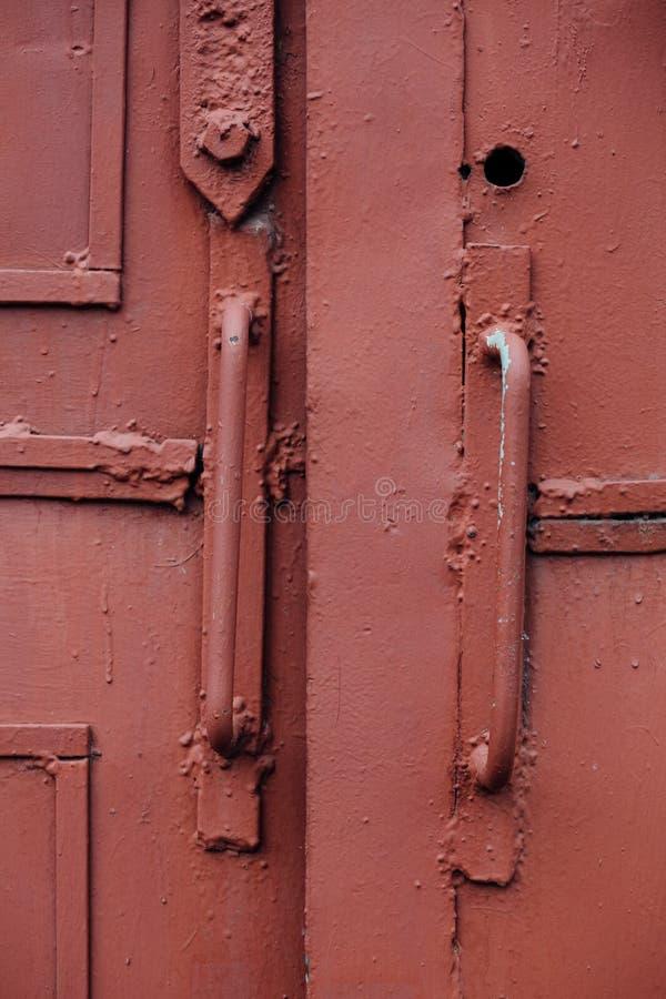 El botón, maneja el fragmento de A de una puerta roja vieja del hierro, Russ soviético fotografía de archivo libre de regalías
