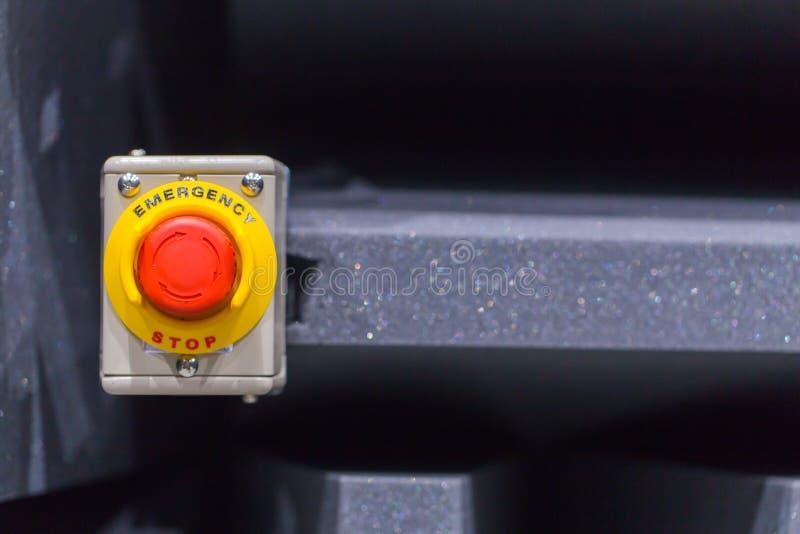 El botón rojo de la emergencia o botón de paro para la prensa de la mano El botón de paro para la máquina industrial imagen de archivo libre de regalías