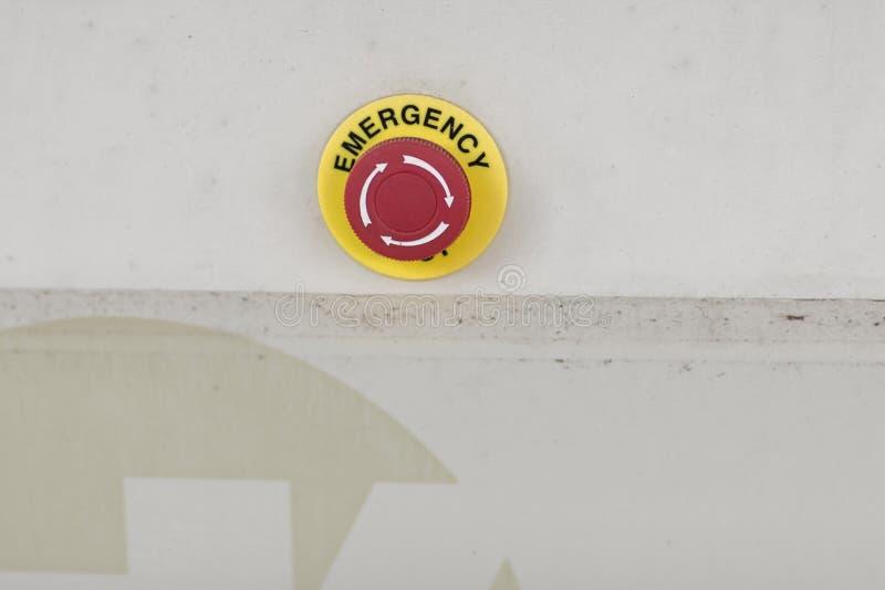 El botón rojo de la emergencia o botón de paro para la prensa de la mano El botón de paro para la máquina industrial, parada de e foto de archivo