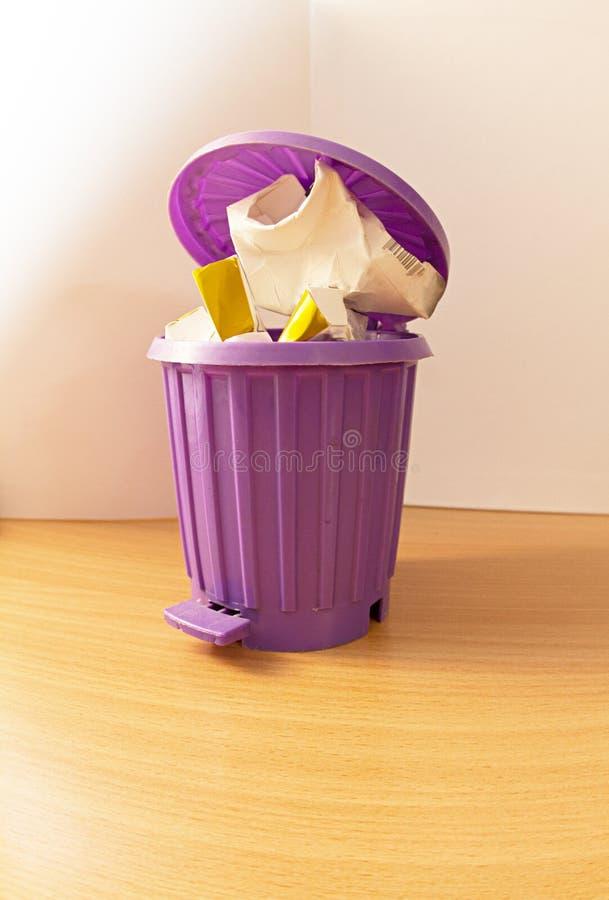 El bote de basura es lleno imagen de archivo