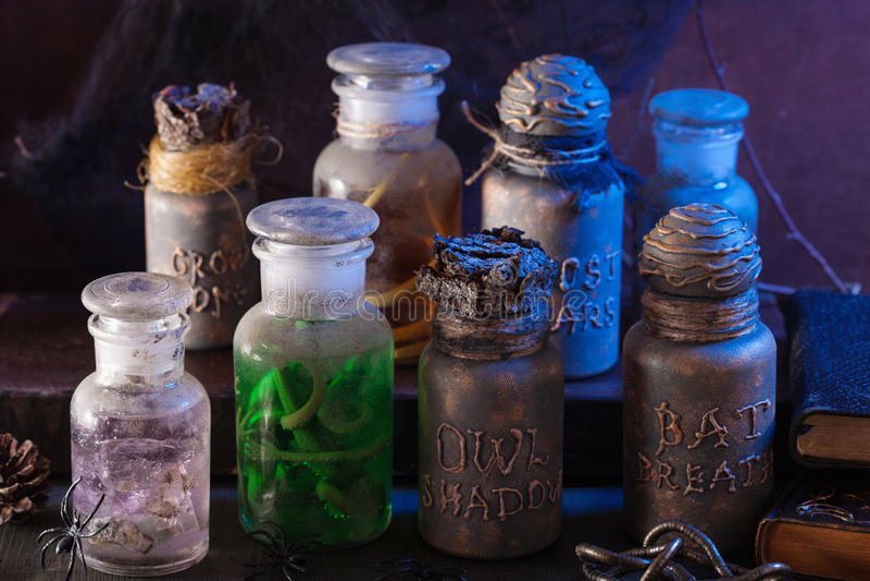El boticario de la bruja sacude la decoración de Halloween de las pociones mágicas fotos de archivo libres de regalías