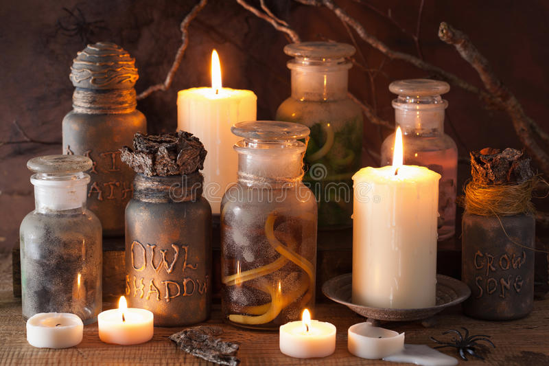 El boticario de la bruja sacude la decoración de Halloween de las pociones mágicas foto de archivo libre de regalías