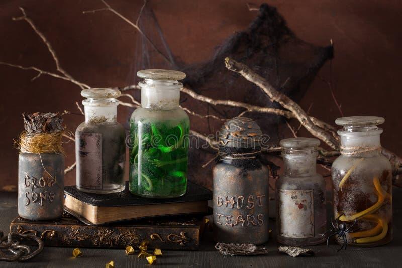 El boticario de la bruja sacude la decoración de Halloween de las pociones mágicas fotografía de archivo