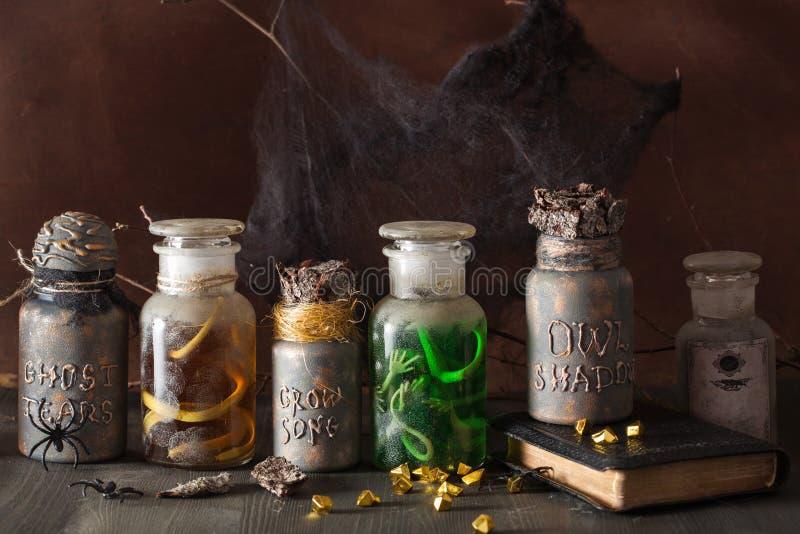El boticario de la bruja sacude la decoración de Halloween de las pociones mágicas imagen de archivo