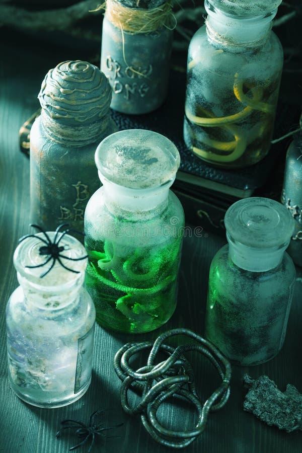 El boticario de la bruja sacude la decoración de Halloween de las pociones mágicas fotografía de archivo libre de regalías