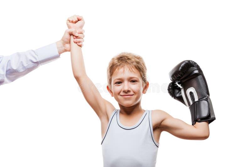 El boxeo sonriente defiende al muchacho del niño que gesticula para el triunfo de la victoria fotos de archivo