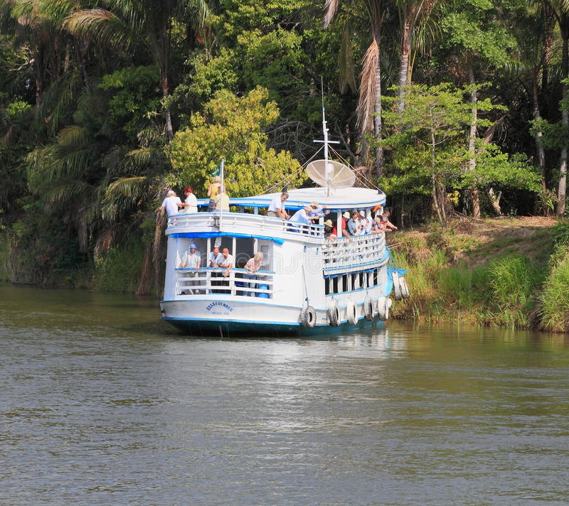 El Brasil, Santarém: Barco turístico - turistas que cogen pirañas imagenes de archivo