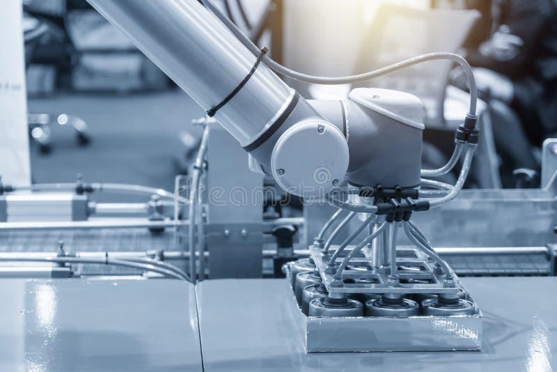 El brazo robótico para el proceso del envasado de alimentos en fábrica fotografía de archivo libre de regalías