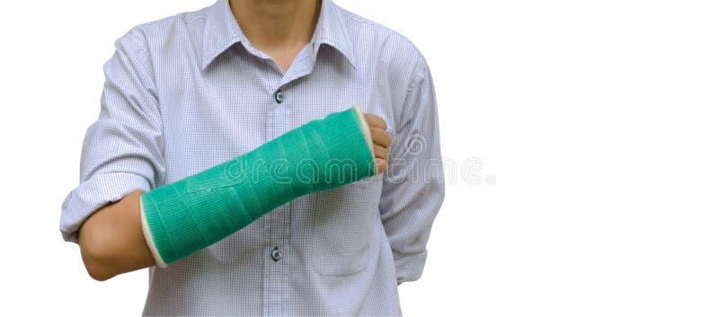 el brazo roto mujer de lesión con verde echó en el brazo que se colocaba en blanco fotos de archivo