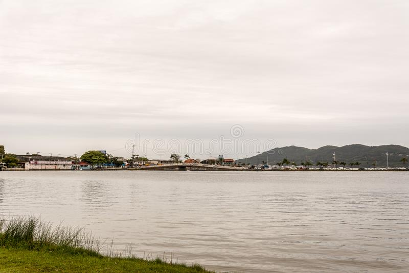 El brigde sobre el Lagoa DA Conceicao Conception Lagoon, en F fotografía de archivo libre de regalías