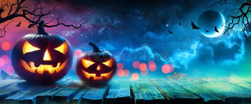 El brillar intensamente de las calabazas de Halloween foto de archivo