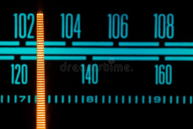El brillar intensamente de radio con el marcador que corre con las diversas estaciones y frecuencias imagen de archivo