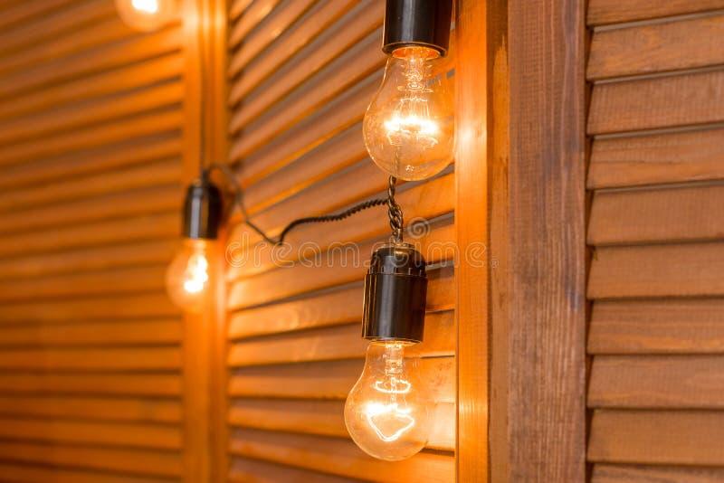 El brillar intensamente ligero de lujo retro hermoso de la decoración de la lámpara Bulbos decorativos en el estilo Edison del vi foto de archivo