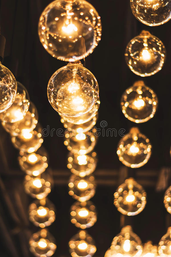 El brillar intensamente retro hermoso de la decoración de la bombilla fotografía de archivo libre de regalías