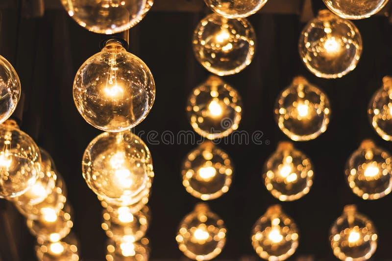 El brillar intensamente retro hermoso de la decoración de la bombilla fotos de archivo libres de regalías