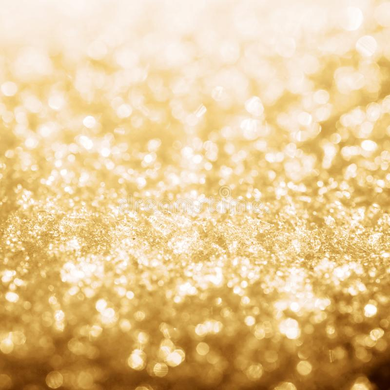 El brillo del oro enciende el bokeh congelado de la nieve fotografía de archivo libre de regalías