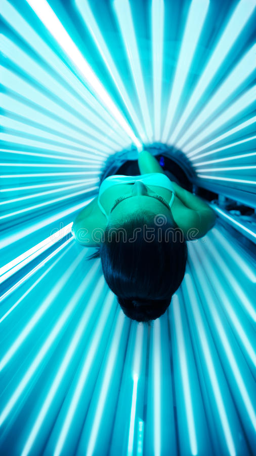 El broncear en solarium de la cama foto de archivo libre de regalías