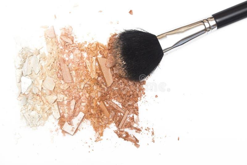 El bronzer machacado del polvo se ruboriza y pulveriza el cepillo en el fondo blanco foto de archivo libre de regalías