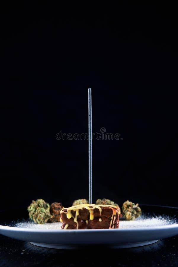 El brownie del pote del chocolate con las habas del cacao y la marijuana florecen - el servicio imágenes de archivo libres de regalías
