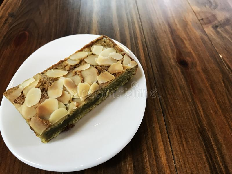 El brownie del té verde de Matcha tiene rebanada de la almendra en el top fotografía de archivo libre de regalías