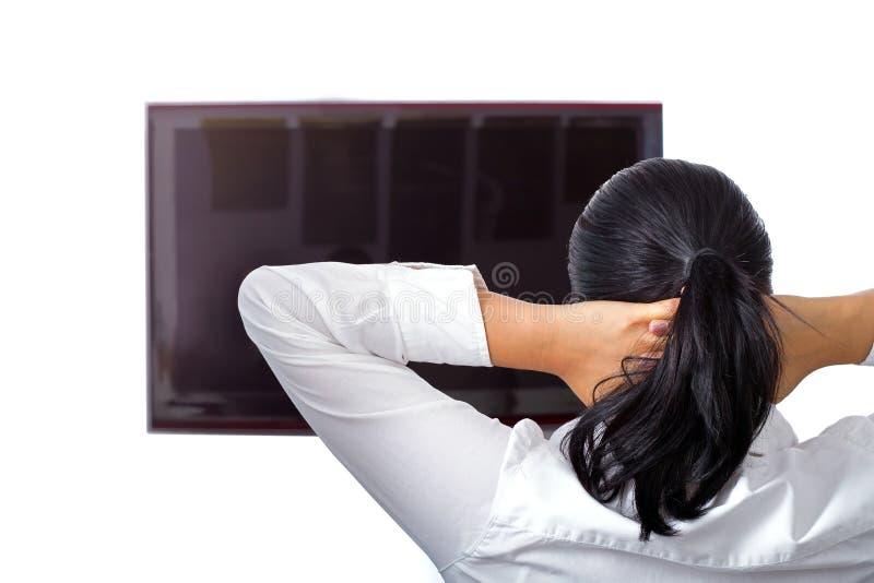 El brunette hermoso se está reclinando en la TV