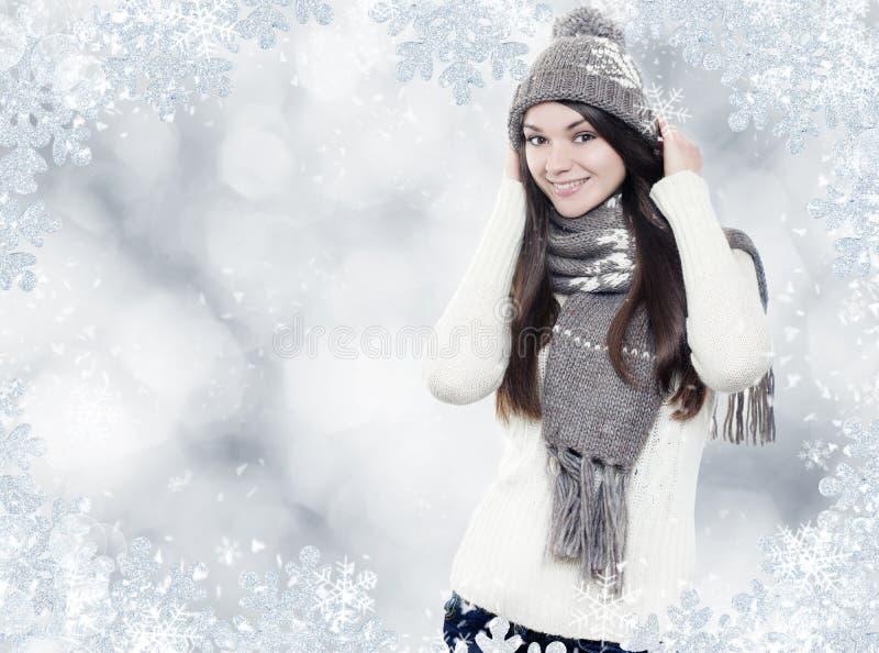 Brunette joven hermoso con ropa del invierno fotos de archivo libres de regalías