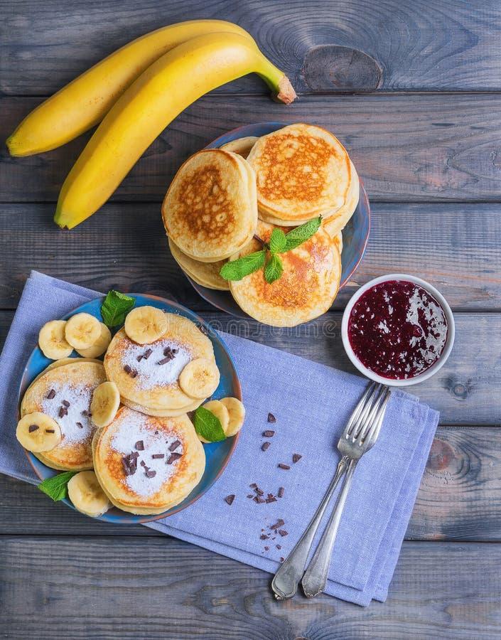 El buñuelo hermoso del plátano de los frieds del desayuno adornó los añadidos imagenes de archivo