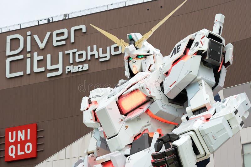 El buceador City Tokyo Plaza puso delante de un gundam blanco del unicornio foto de archivo