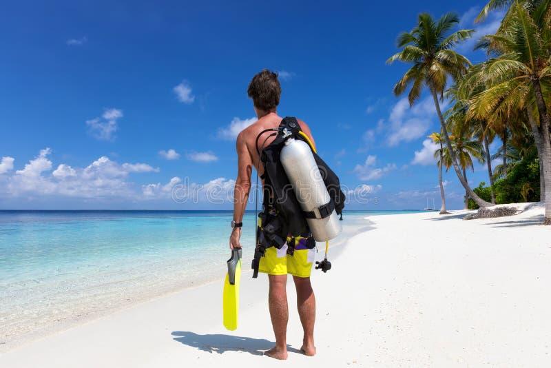 El buceador de sexo masculino está listo para ir para una zambullida en los Maldivas imagen de archivo libre de regalías
