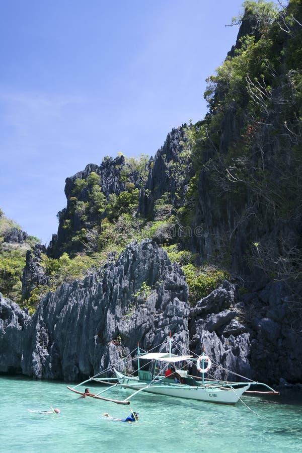 El bucear del turista del nido del EL palawan foto de archivo libre de regalías