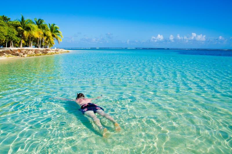 El bucear en agua clara en la isla hermosa fotos de archivo libres de regalías