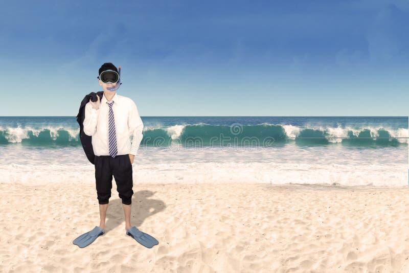 El bucear que lleva del hombre de negocios acertado en la playa fotografía de archivo libre de regalías